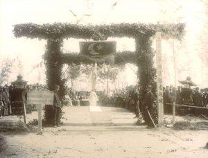 Ertuğrul şehitleri için Oshimo köylüleri ve Japon yetkililer tarafından düzenlenen cenaze töreni