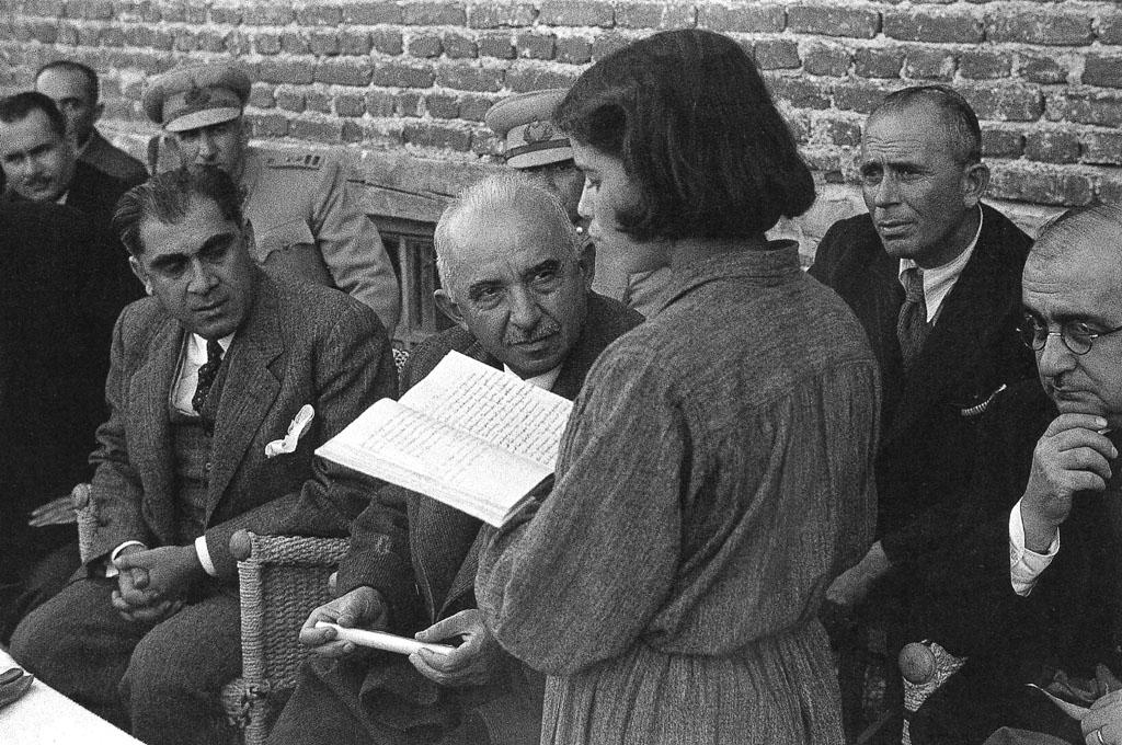 İsmet İnönü, Hasan-Âli Yücel and İsmail Hakkı Tonguç listening to a female student during their visit to Hasanoğlan Village Institute, Mustafa Güneri Archives.