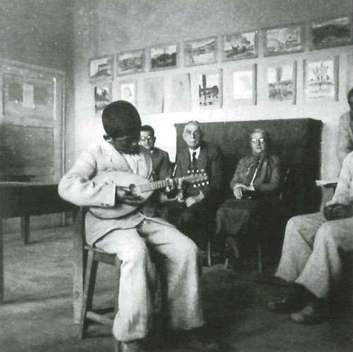 Institute student playing the mandolin. Mahmut Makal Archives.