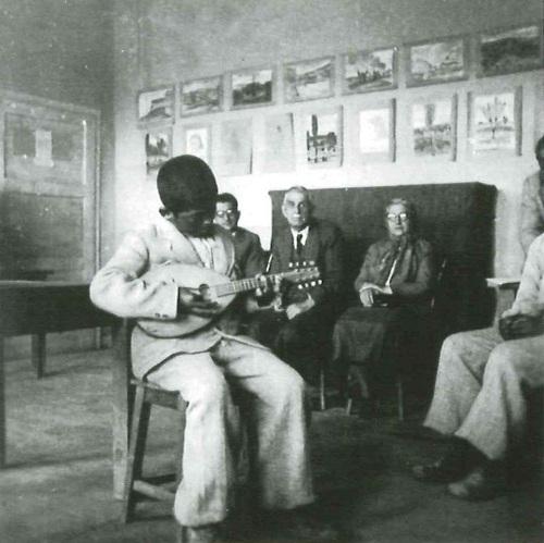 Mandolin çalan Enstitü öğrencisi. Mahmut Makal Arşivi.