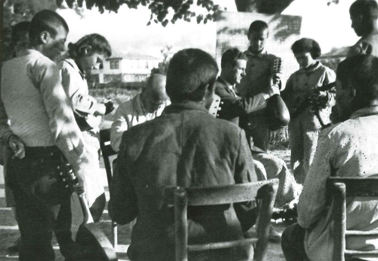 Akpınar Köy Enstitüsü'nde açık havada mandolin çalmayı öğrenen öğrenciler. İ.H. Tonguç Belgeliği.