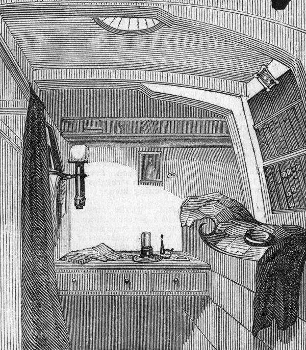 Erebus gemisinde Kumandan James Fitzjames'in kabini'nde, duvarları kaplayan kitap rafları görülüyor