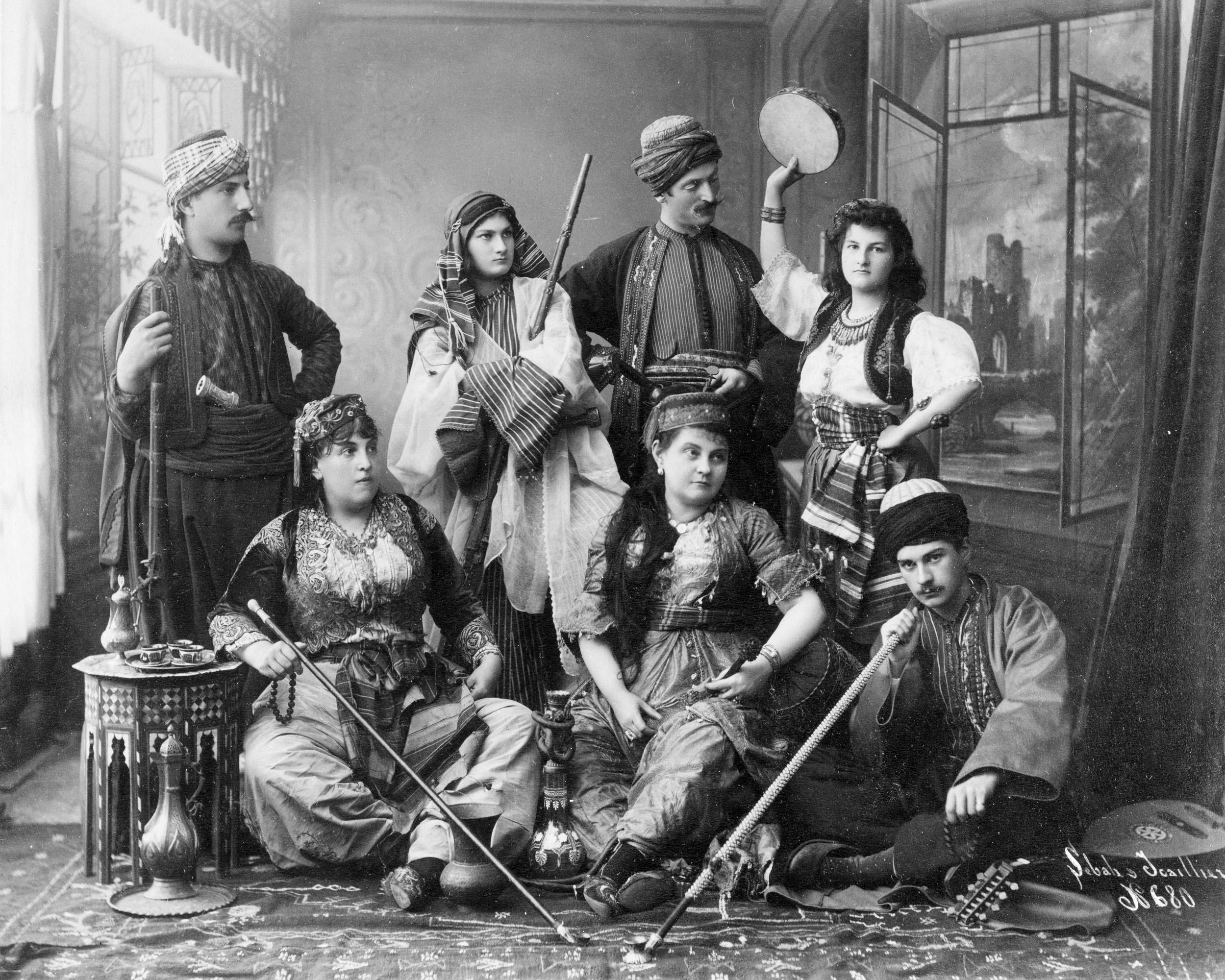 Osmanlı giysili kadın ve erkekler
